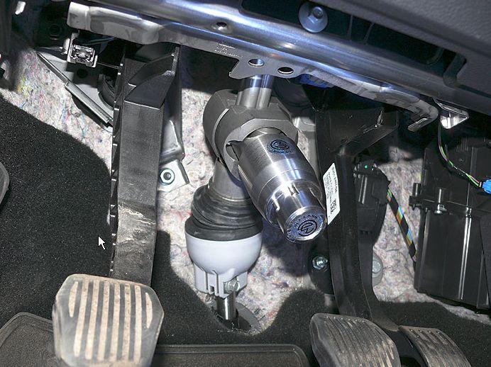 Перехват-Универсал блокиратор рулевого вала, установленный на рулевом валу автомобиля.
